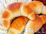 Рецепта Меки домашни солени кифлички със сирене, масло, шунка и кашкавал (с мая)